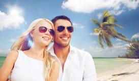 Ευτυχές ζεύγος στα γυαλιά ηλίου στην παραλία των Μαλβίδων στοκ εικόνες