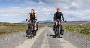 Ευτυχές ζεύγος στα φορτωμένα ποδήλατα Στοκ φωτογραφία με δικαίωμα ελεύθερης χρήσης