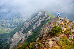 Ευτυχές ζεύγος στα Carpathians βουνά στοκ φωτογραφίες