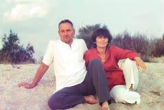 Ευτυχές ζεύγος στην ακτή Στοκ Εικόνες
