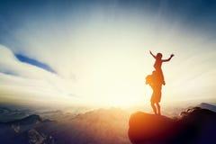 Ευτυχές ζεύγος στην κορυφή του κόσμου! Γυναίκα εκμετάλλευσης ανδρών στα όπλα του Στοκ Φωτογραφία