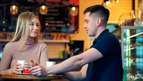 Ευτυχές ζεύγος στη καφετερία φιλμ μικρού μήκους