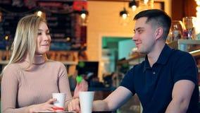Ευτυχές ζεύγος στη καφετερία απόθεμα βίντεο