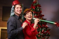 Ευτυχές ζεύγος στη Παραμονή Πρωτοχρονιάς στοκ φωτογραφίες με δικαίωμα ελεύθερης χρήσης