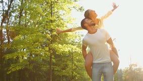 Ευτυχές ζεύγος στις διακοπές φιλμ μικρού μήκους