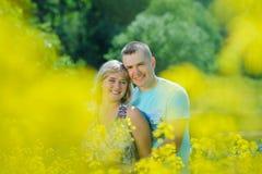 Ευτυχές ζεύγος στον κίτρινο τομέα βιασμών Στοκ Φωτογραφίες