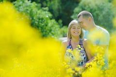 Ευτυχές ζεύγος στον κίτρινο τομέα βιασμών Στοκ εικόνες με δικαίωμα ελεύθερης χρήσης