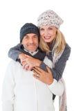 Ευτυχές ζεύγος στο αγκάλιασμα χειμερινής μόδας Στοκ Εικόνες