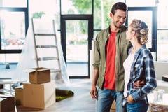 Ευτυχές ζεύγος στο καινούργιο σπίτι στοκ φωτογραφία με δικαίωμα ελεύθερης χρήσης