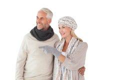 Ευτυχές ζεύγος στο κοίταγμα χειμερινής μόδας Στοκ Εικόνα