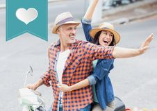 Ευτυχές ζεύγος στο μηχανικό δίκυκλο στην οδό με το έμβλημα μορφής καρδιών Στοκ φωτογραφία με δικαίωμα ελεύθερης χρήσης