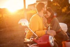 Ευτυχές ζεύγος στο μηχανικό δίκυκλο που απολαμβάνει στο ρομαντικό οδικό ταξίδι στοκ φωτογραφία με δικαίωμα ελεύθερης χρήσης