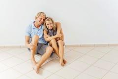 Ευτυχές ζεύγος στο σπίτι στοκ φωτογραφίες