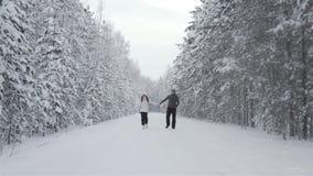 Ευτυχές ζεύγος στο χειμερινό δάσος απόθεμα βίντεο