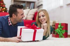 Ευτυχές ζεύγος στο χρόνο Χριστουγέννων Στοκ φωτογραφία με δικαίωμα ελεύθερης χρήσης