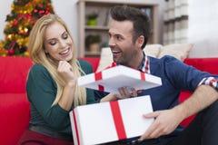 Ευτυχές ζεύγος στο χρόνο Χριστουγέννων Στοκ εικόνα με δικαίωμα ελεύθερης χρήσης