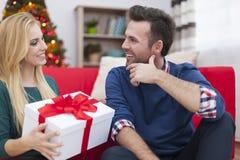 Ευτυχές ζεύγος στο χρόνο Χριστουγέννων Στοκ εικόνες με δικαίωμα ελεύθερης χρήσης