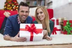 Ευτυχές ζεύγος στο χρόνο Χριστουγέννων Στοκ Φωτογραφίες