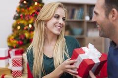 Ευτυχές ζεύγος στο χρόνο Χριστουγέννων Στοκ Εικόνα
