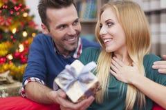 Ευτυχές ζεύγος στο χρόνο Χριστουγέννων Στοκ Εικόνες