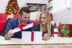 Ευτυχές ζεύγος στο χρόνο Χριστουγέννων Στοκ φωτογραφίες με δικαίωμα ελεύθερης χρήσης