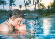 Ευτυχές ζεύγος, σώμα κινηματογραφήσεων σε πρώτο πλάνο στην πισίνα στοκ εικόνα