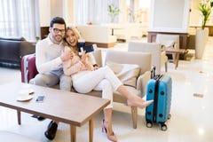 ευτυχές ζεύγος των ταξιδιωτών με τα διαβατήρια και τα εισιτήρια Στοκ Φωτογραφία
