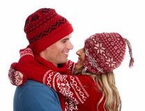 Ευτυχές ζεύγος Χριστουγέννων στο χειμερινό ιματισμό. στοκ φωτογραφία