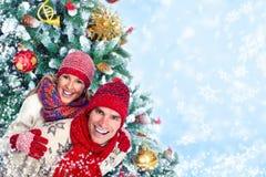 Ευτυχές ζεύγος Χριστουγέννων στο χειμερινό ιματισμό. στοκ εικόνα με δικαίωμα ελεύθερης χρήσης