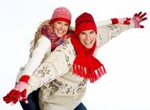 Ευτυχές ζεύγος Χριστουγέννων στο χειμερινό ιματισμό. στοκ εικόνα