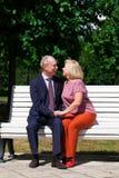 Ευτυχές ηλικιωμένο ζεύγος που στηρίζεται σε έναν πάγκο στοκ φωτογραφία με δικαίωμα ελεύθερης χρήσης