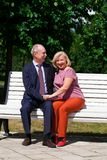 Ευτυχές ηλικιωμένο ζεύγος που στηρίζεται σε έναν πάγκο στοκ εικόνα με δικαίωμα ελεύθερης χρήσης