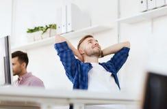 Ευτυχές δημιουργικό άτομο με τον υπολογιστή στο γραφείο στοκ φωτογραφία με δικαίωμα ελεύθερης χρήσης