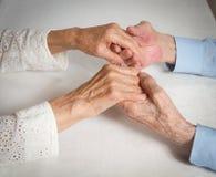 Ευτυχές ηλικιωμένο ζεύγος. Ηλικιωμένος άνθρωπος που κρατά τα χέρια. Στοκ φωτογραφία με δικαίωμα ελεύθερης χρήσης