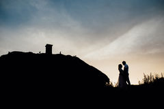 Ευτυχές ηλιοβασίλεμα ουρανού σκιαγραφιών διακοπών εραστών ζεύγους Στοκ Εικόνα