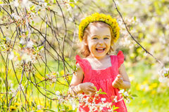 Ευτυχές ηλιόλουστο πάρκο μικρών κοριτσιών την άνοιξη Στοκ Εικόνες