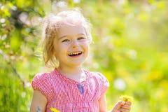 Ευτυχές ηλιόλουστο πάρκο μικρών κοριτσιών την άνοιξη Στοκ φωτογραφία με δικαίωμα ελεύθερης χρήσης