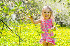 Ευτυχές ηλιόλουστο πάρκο μικρών κοριτσιών την άνοιξη Στοκ Φωτογραφία