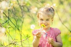 Ευτυχές ηλιόλουστο πάρκο μικρών κοριτσιών την άνοιξη Στοκ εικόνες με δικαίωμα ελεύθερης χρήσης
