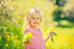 Ευτυχές ηλιόλουστο πάρκο μικρών κοριτσιών την άνοιξη Στοκ Εικόνα