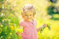 Ευτυχές ηλιόλουστο πάρκο μικρών κοριτσιών την άνοιξη Στοκ εικόνα με δικαίωμα ελεύθερης χρήσης