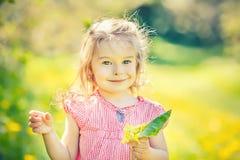 Ευτυχές ηλιόλουστο πάρκο μικρών κοριτσιών την άνοιξη Στοκ φωτογραφίες με δικαίωμα ελεύθερης χρήσης