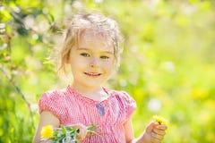 Ευτυχές ηλιόλουστο πάρκο μικρών κοριτσιών την άνοιξη Στοκ Φωτογραφίες