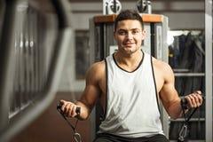Ευτυχές θετικό άτομο που χρησιμοποιεί μια συσκευή γυμναστικής Στοκ Εικόνες