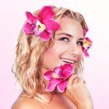 Ευτυχές θηλυκό με το λουλούδι ορχιδεών Στοκ εικόνα με δικαίωμα ελεύθερης χρήσης