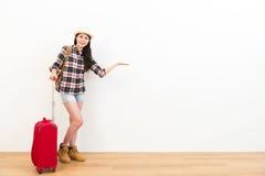 Ευτυχές θηλυκό ομορφιάς backpacker με τη βαλίτσα Στοκ εικόνες με δικαίωμα ελεύθερης χρήσης