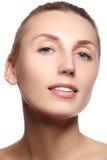 Ευτυχές θηλυκό χαμόγελο κινηματογραφήσεων σε πρώτο πλάνο με τα υγιή άσπρα δόντια Cosmetolog Στοκ Εικόνες