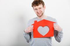 Ευτυχές ικανοποιημένο άτομο με το σπίτι καρδιών Στοκ εικόνες με δικαίωμα ελεύθερης χρήσης