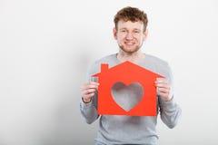Ευτυχές ικανοποιημένο άτομο με το σπίτι καρδιών Στοκ Φωτογραφίες