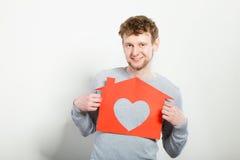 Ευτυχές ικανοποιημένο άτομο με το σπίτι καρδιών Στοκ εικόνα με δικαίωμα ελεύθερης χρήσης